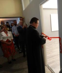 Arcybiskup Grzegorz Ryś otwiera nową sale terapii